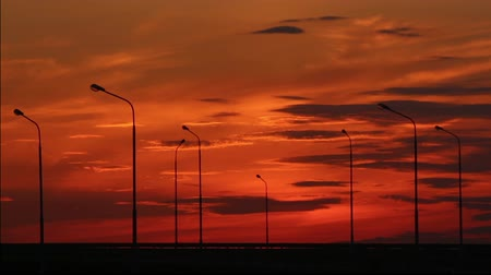 трейлер : Cars silhouettes on road against sunset - timelapse