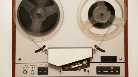 véu : old reel tape recorder with spinning reels