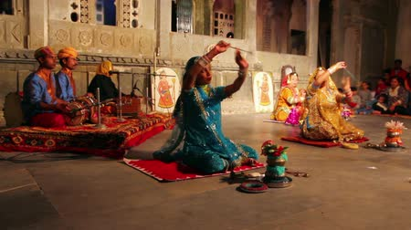 indie : UDAIPUR, INDIA - NOVEMBER 24, 2012: Dances of Rajasthan - performance in Udaipur Wideo