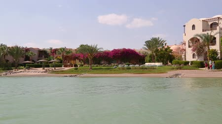 vista frontal : View of houses and hotels from boat floating on channels of El Gouna - Egypt