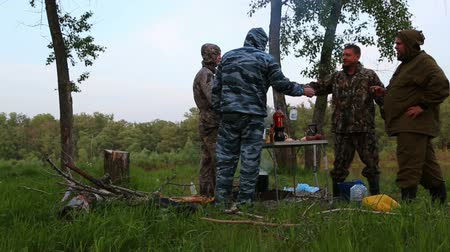 wódka : russian fishermen drink vodka around campfire at night Wideo