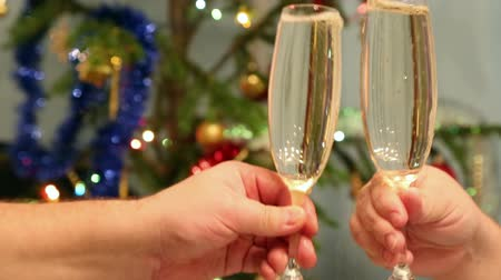 šampaňské : christmas toasting - video of people hands with crystal glasses full of champagne