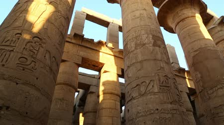templom : columns in karnak temple with ancient egypt hieroglyphics - tilt view Stock mozgókép