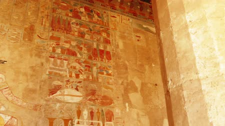 faraon : ancient egypt color images on wall in luxor - pan view Wideo