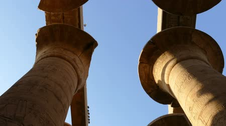 древний : top of columns in karnak temple with ancient egypt hieroglyphics - tilt view