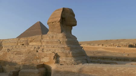 piramit : famous ancient Sphinx and Cheops pyramid in Giza Cairo Egypt - pan