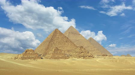 piramit : Timelapse with clouds over great pyramids at Giza Cairo in Egypt  4k Stok Video