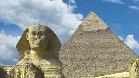 piramit : Clouds over great pyramid and sphinx at Giza Cairo in Egypt - zoom in timelapse