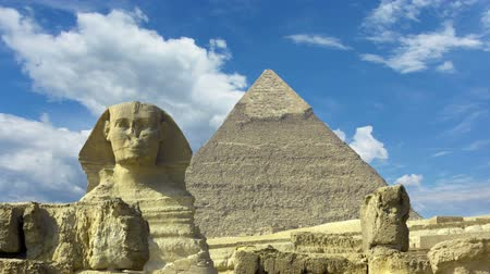 piramit : Clouds over great pyramid and sphinx at Giza Cairo in Egypt - timelapse