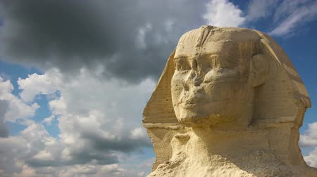 kahire : Sphinx head and clouds at Giza Cairo in Egypt - timelapse