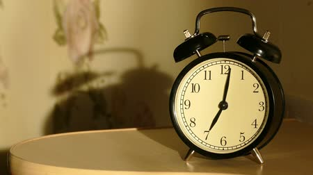 проснуться : Vintage alarm clock on nightstand counts the time and then loudly ringing Стоковые видеозаписи