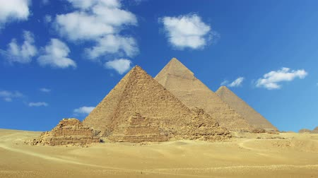 egyiptom : Timelapse with clouds over great pyramids at Giza Cairo in Egypt