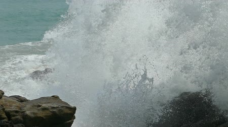 ondas : big waves crashing on stone beach - slow motion