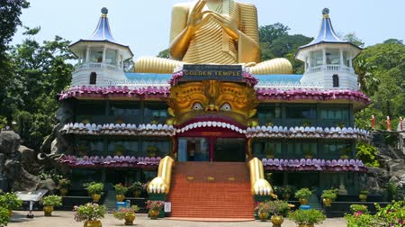 tapınaklar : Dambula golden temple in Sri lanka - great buddhistic landmark, tilt view