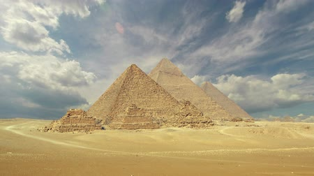 piramit : Timelapse with clouds over great pyramids at Giza Cairo in Egypt, 4k