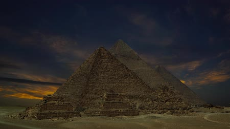 piramit : Timelapse with sunset clouds over great pyramids at Giza Cairo in Egypt, 4k