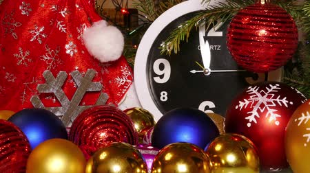 pré natal : Clock and christmas balls and toys in a red bag, timelapse