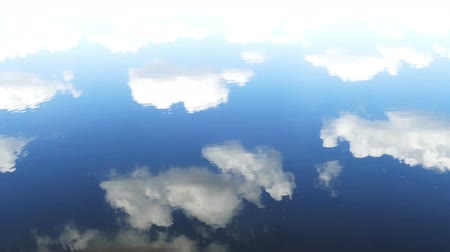 reflexão : surface of water with sky and clouds reflection Vídeos