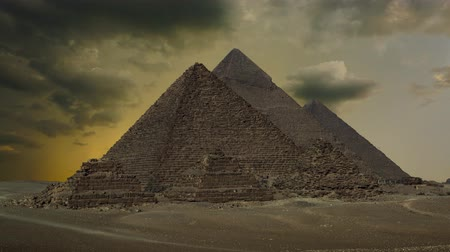 piramit : Timelapse with sunset clouds over great pyramids at Giza Cairo in Egypt , 4k Stok Video