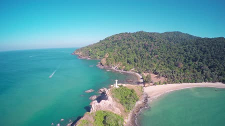 tajlandia : Flying over the lighthouse on the south coast of Koh Lanta island, Krabi, Thailand, 4k