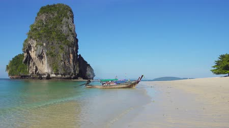 relax : Barco de la cola larga que viene a la playa tropical (Pranang playa), Krabi, Tailandia, 4k Archivo de Video