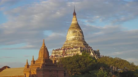 пагода : Tourists are greeted sunset at the Shwesandaw Pagoda (Paya) in Bagan, Myanmar (Burma) 4k