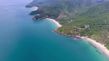 вниз : Aerial video of beauty nature landscape with beach, rocks and sea on Koh Lanta island, Thailand