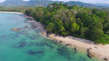 sobre o branco : Aerial video of beauty nature landscape with beach and sea in Khao Lak, Thailand