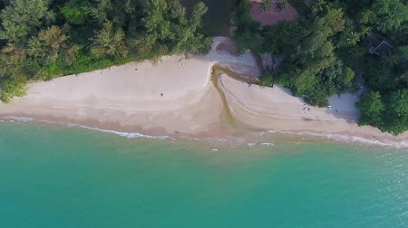 вниз : Top view aerial video of beauty nature landscape with beach and sea in Khao Lak, Thailand