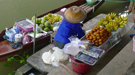 плавающий : Boat with fruits on floating market Damnoen Saduak in Bangkok, Thailand