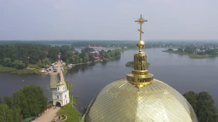 nil : Aerial view on Nilo-Stolobensky (Nil) deserts - Orthodox monastery and the lake Seliger, Tver region, Russia, pan view 4k Stok Video