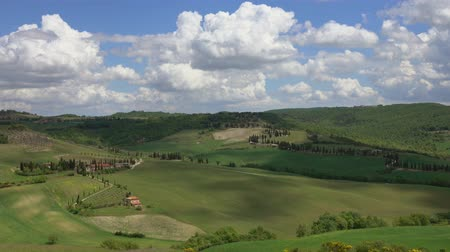 gölgeler : Shadows of clouds slide on the hills of Tuscany, Italy, 4k Stok Video