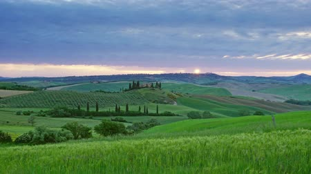 toszkána : Tuscany landscape at sunrise with farm house and hills, Italy, panorama timelapse 4k Stock mozgókép