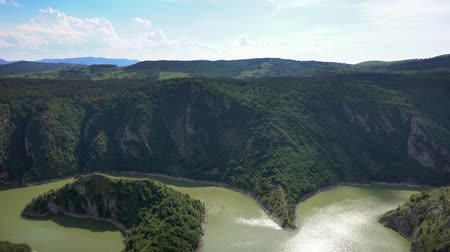 sérvia : Panorama of meanders at rocky river Uvac gorge on sunny day, southwest Serbia, 4k