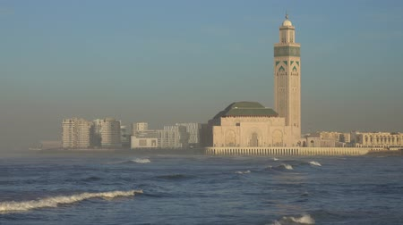 марокканский : Hassan II mosque in Casablanca and Atlantic ocean waves at sunset, Morocco, 4k Стоковые видеозаписи