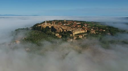 シエナ : Old italian city in the fog. Aerial view in Tuscany