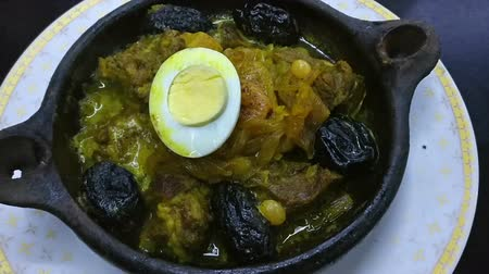 pörkölt : Tajines with meat and prunes in a pottery, a traditional dish of Morocco Stock mozgókép