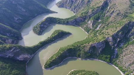 sérvia : Aerial view of the rocky river Uvac gorge on sunny day, southwest Serbia, 4k