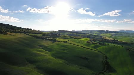 итальянский : Tuscany aerial landscape of farmland hill country at evening. Italy, Europe, 4k Стоковые видеозаписи