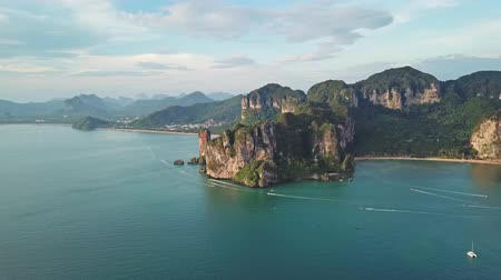 лодки : Aerial view of tropical lagoon, beach between rocks, Krabi, Railay, Thailand, 4k Стоковые видеозаписи