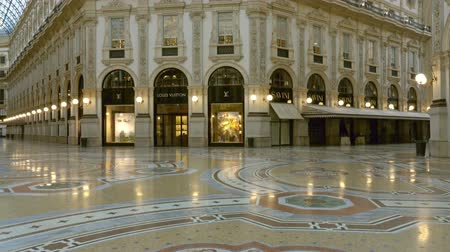milaan : MILAN, ITALY - CIRCA MAY, 2017: Interior of the Milano Galleria Vittorio Emanuele II gallery Lombardy, tilt view 4k Stockvideo