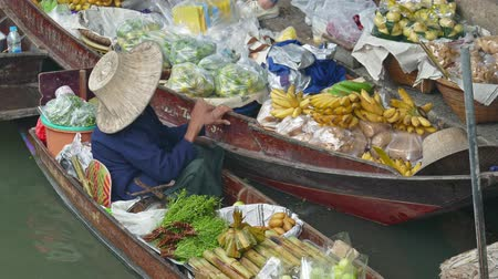 drijvende markt : BANGKOK, THAILAND - CIRCA JAN 2017: Damnoen Saduak floating market. Locals selling fresh produce, cooked food and souvenirs.