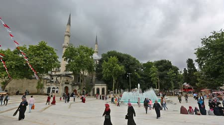 történelmi : ISTANBUL, TURKEY - CIRCA MAY, 2018: People walking near Mosque in Istanbul. Built in 1458, Ottoman Turks in the city, first mosque