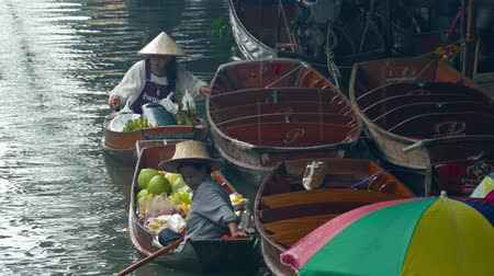 oryantal : BANGKOK, THAILAND - CIRCA JAN 2017: Damnoen Saduak floating market. Locals selling fresh produce, cooked food and souvenirs.