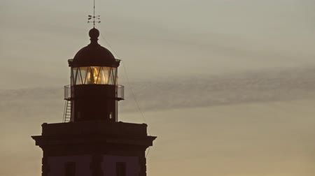 gyrophare : Lighthouse lighting in the twilight at sunset, 4k Vidéos Libres De Droits