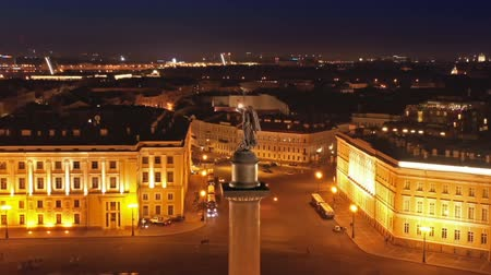 oszlopok : Aerial around view of the Alexander Column on Palace Square, the Winter Palace and the General Staff Building in St. Petersburg at night, Russia