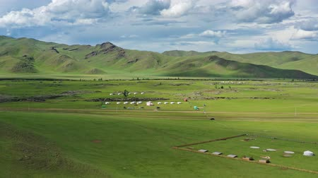 mongolie : Aerial view of yurts in steppe and mountains landscape in Orkhon valley, Mongolia, 4k
