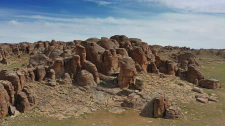 moğolistan : Rock formations and stacked stones in Mongolia Stok Video