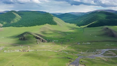 mongolie : Luchtfoto van yurts in steppe en bergen Stockvideo