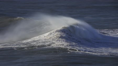 enrolar : Large wave rolling on surface of stormy ocean Vídeos